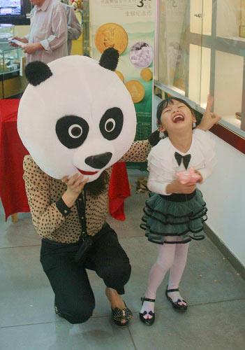 6月2日,桂林正阳黄金在旗下桂林西城路店举办了庆6.1 让孩子快乐成长主题活动,特别邀请了长年购买熊猫金币的会员及金银卡客户携自己的孩子前来参加。在用彩色汽球精心装饰的门店内,营业员身穿熊猫人偶道具,张开双臂欢迎孩子们的到来。活动中,大熊猫和小朋友们玩起了猜拳、踩汽球找礼物等游戏,还向他们赠送了糖果并快乐合影。
