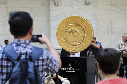 一吨重的金币在伦敦惊艳亮相