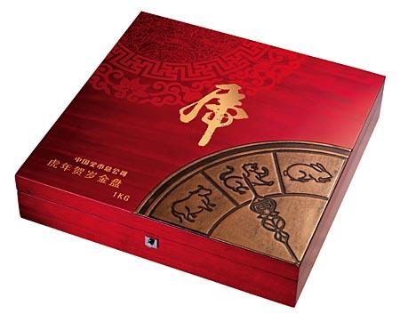 从虎年贺岁金银盘的创意设计中,珍藏者可以更清晰地感知到它蕴涵的